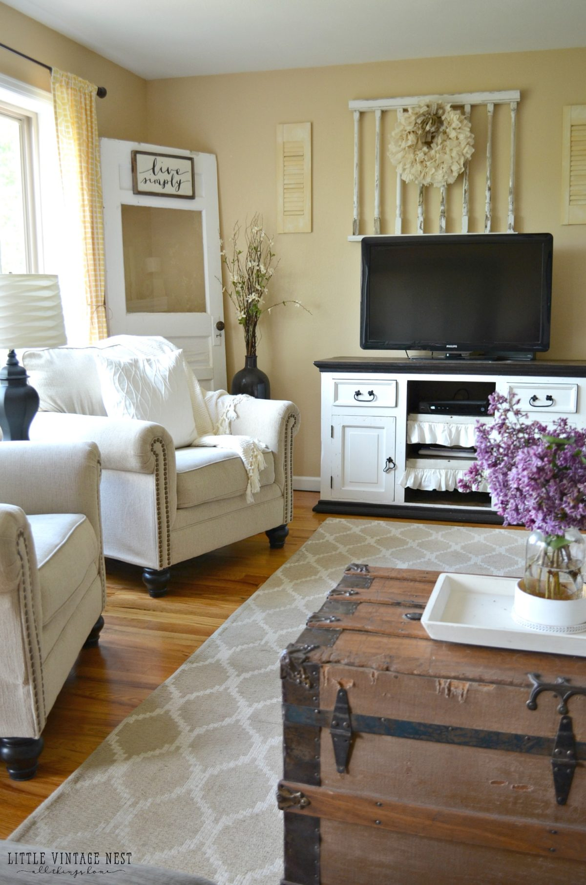 Farmhouse living room summer refresh little vintage nest for Old style living room ideas
