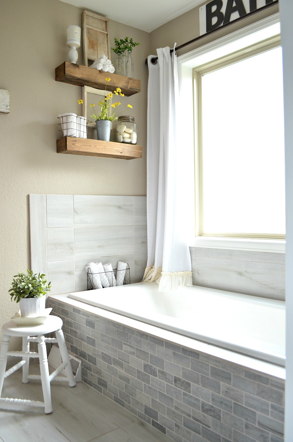 Vintage Farmhouse Bathroom Decorating Ideas - Interior Design 3d •