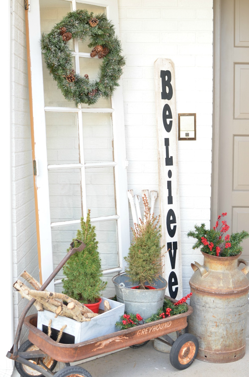Christmas on the Front Porch. Vintage Christmas decor ideas for your front porch