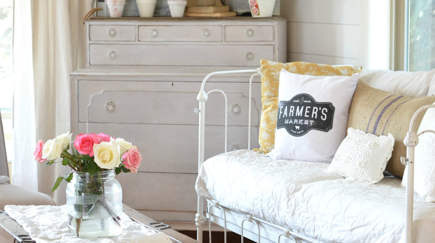 Farmhouse Style Spring Decor in the Front Room. Great vintage and farmhouse style ideas for spring!