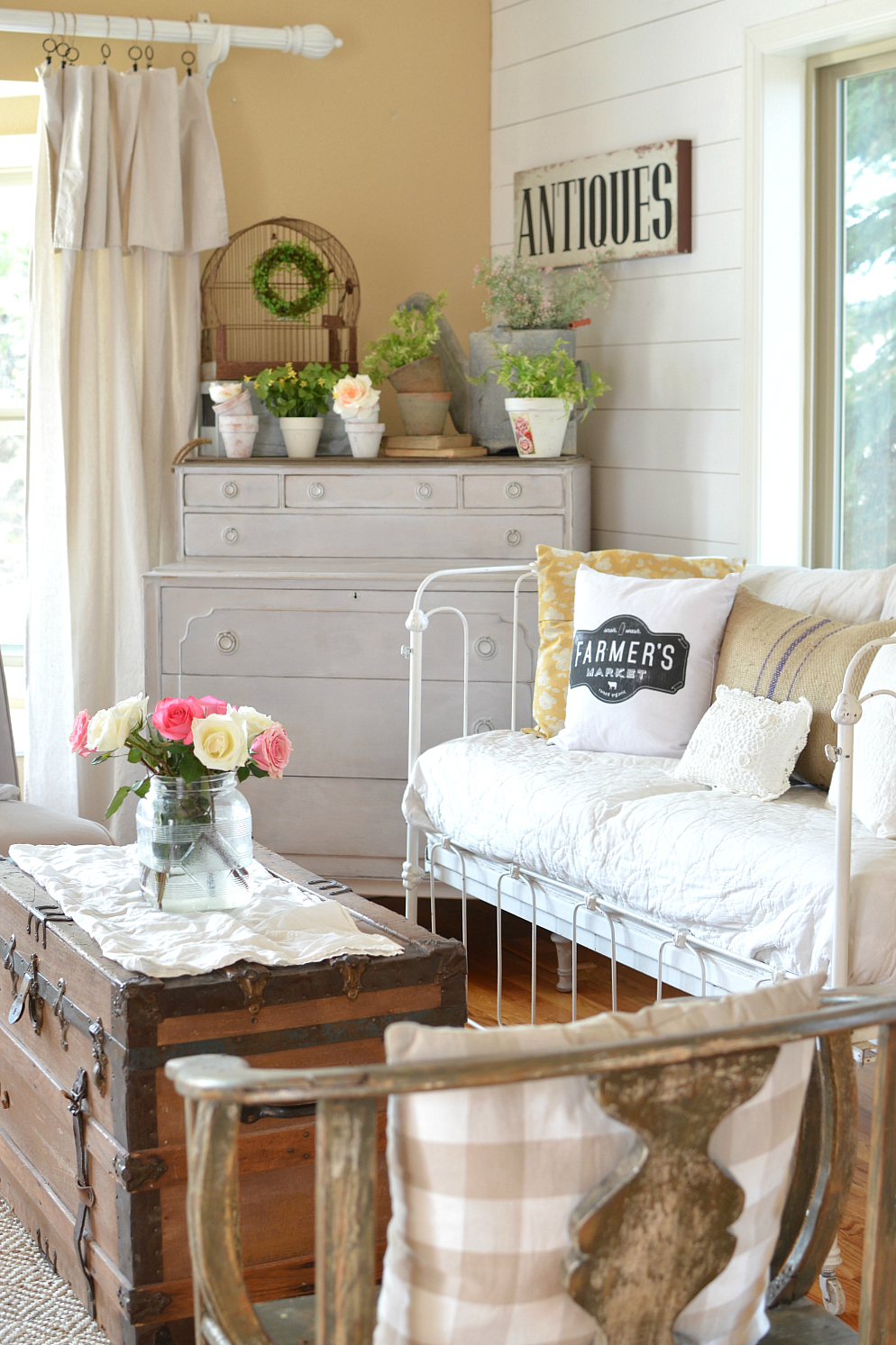 How to Decorate a Room of Vintage Style