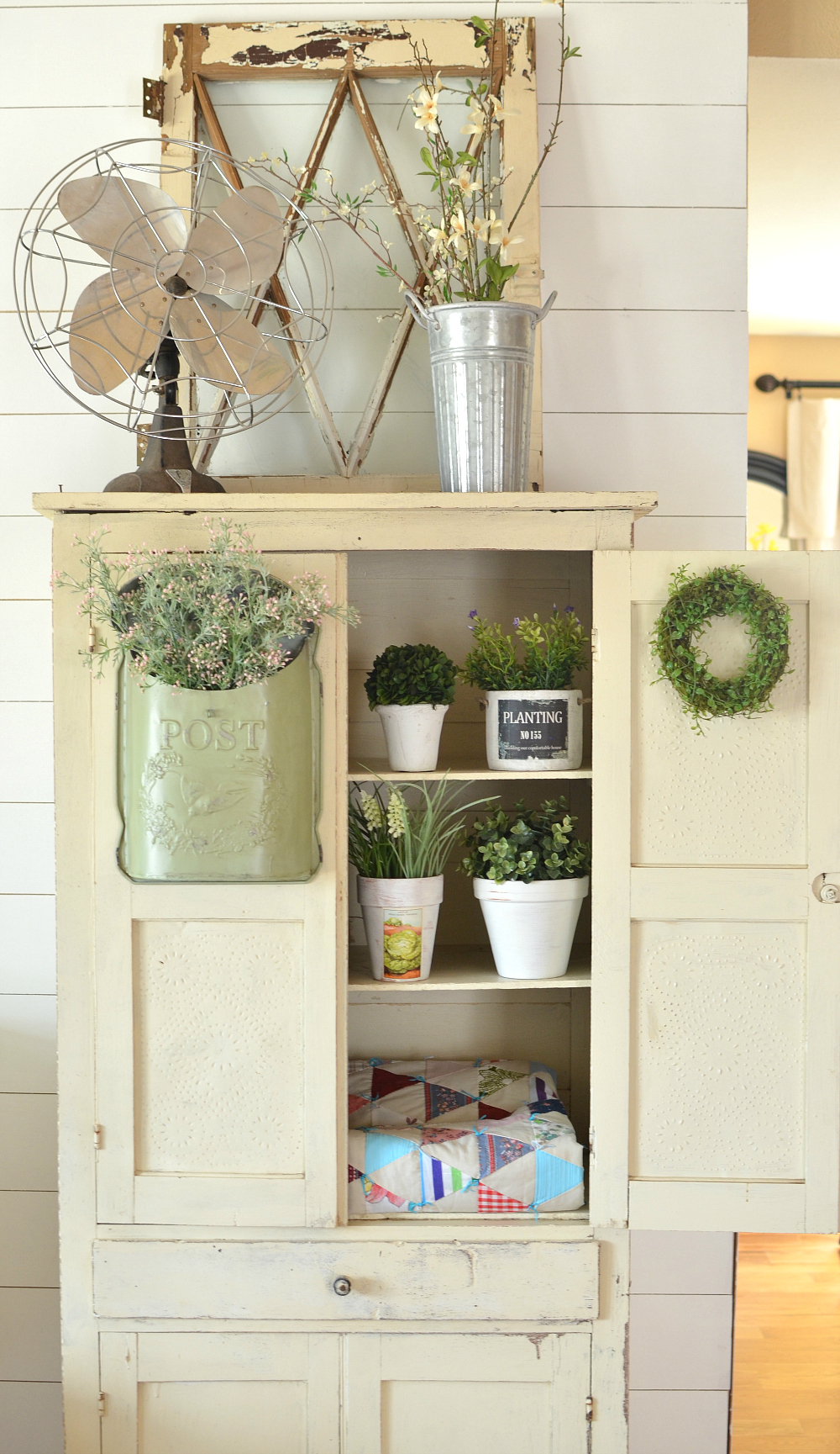 Simple and Beautiful Ways Decorate For Spring on a Budget. Farmhouse style decor ideas for spring.