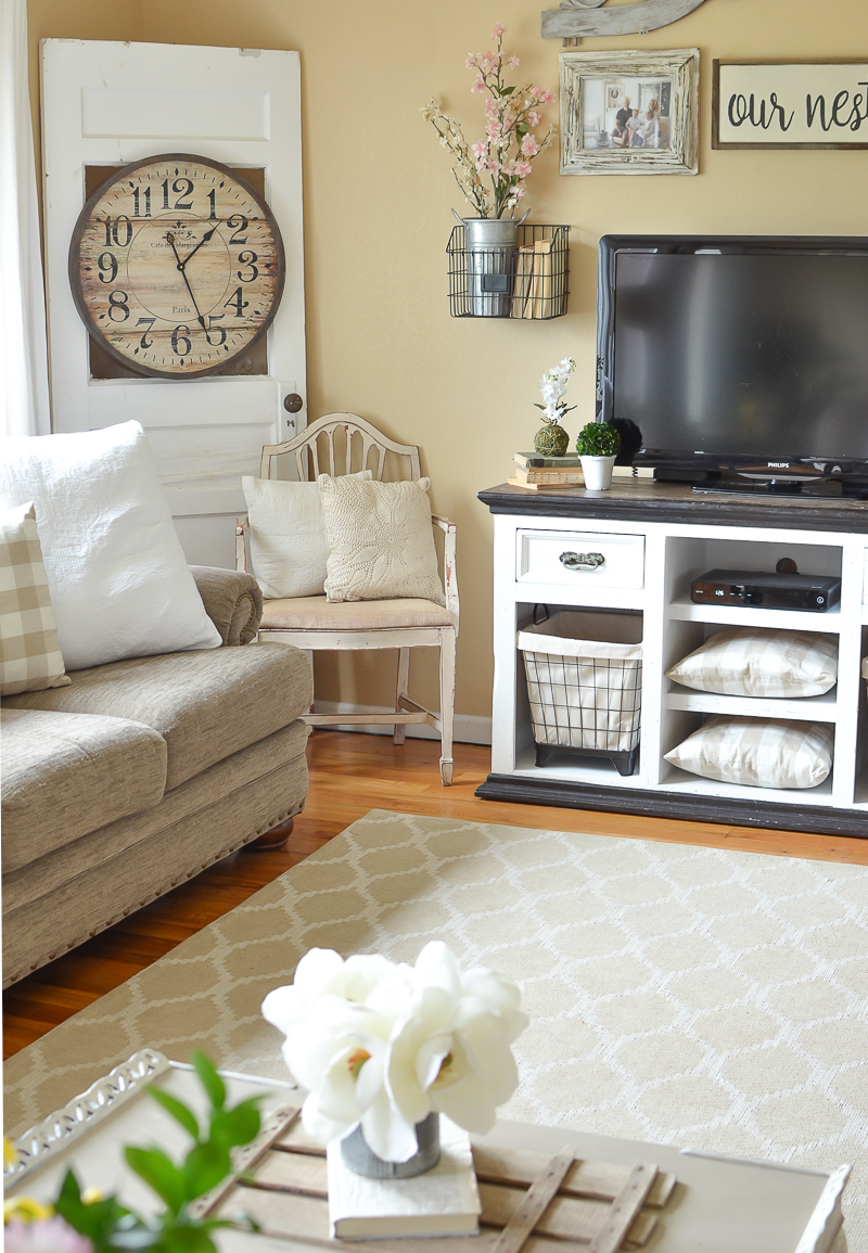 Simple spring decor in the living room for Great home decor ideas