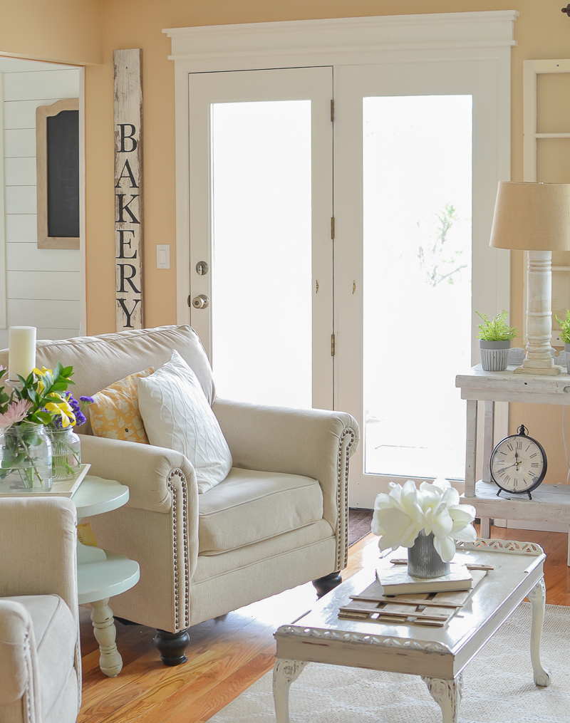 Simple Spring Decor in the Living Room
