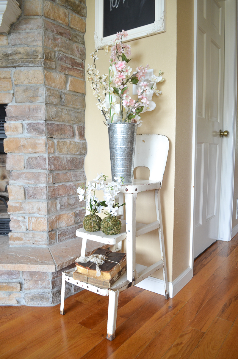 Simple Spring Living Room. Farmhouse style spring decor ideas.