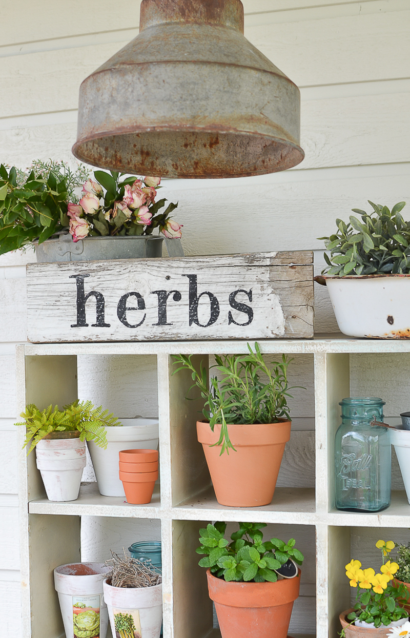 The 10 Minute DIY Herb Sign. Easy farmhouse style summer decor idea!