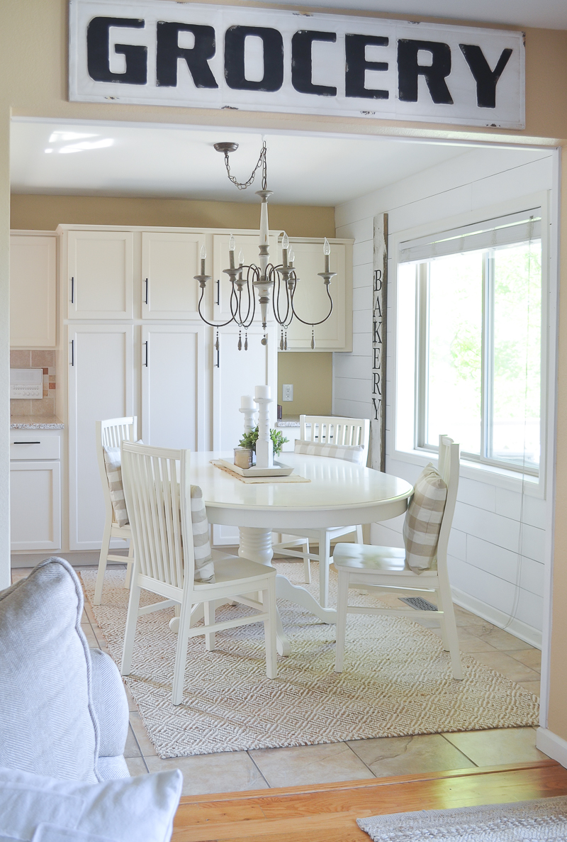 Farmhouse style breakfast nook. Cozy farmhouse decor.