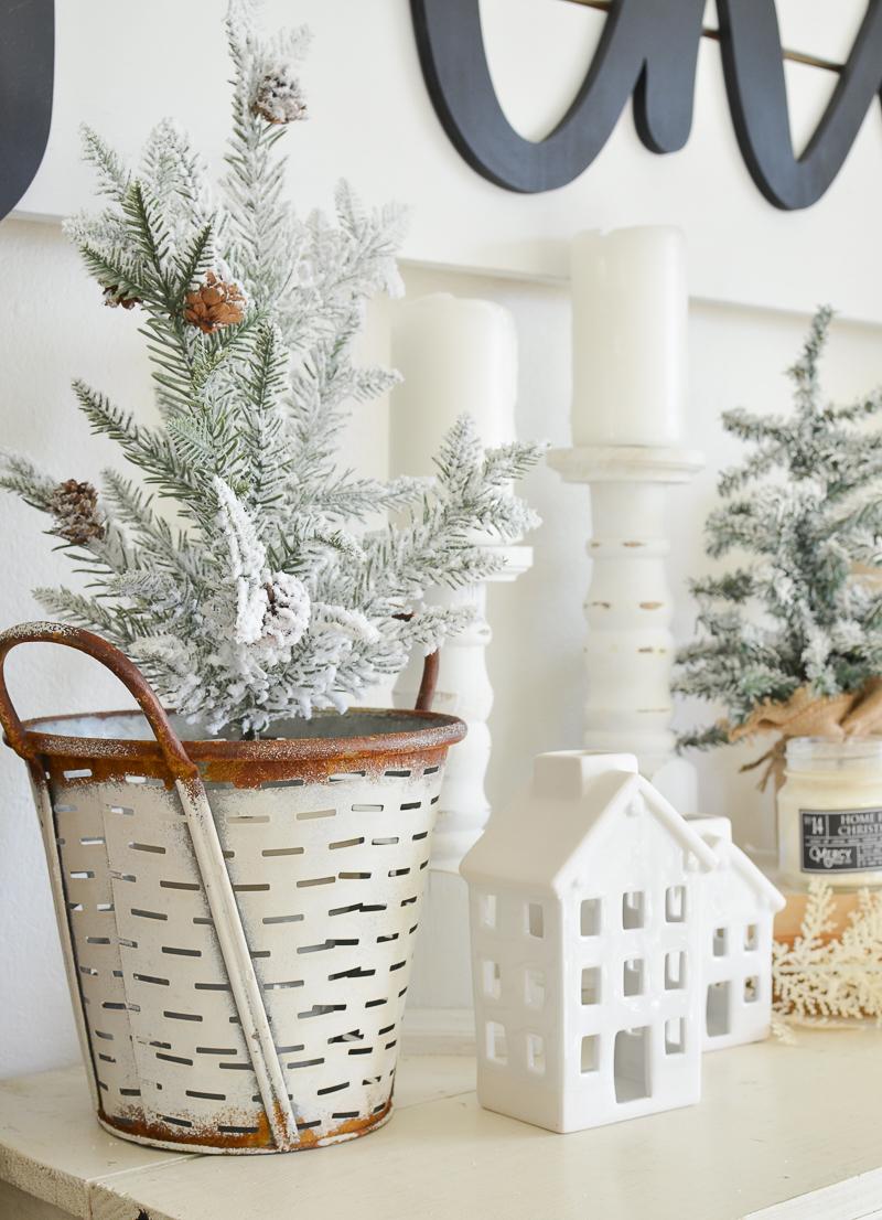 Farmhouse style Christmas decor. Cozy and natural holiday decor ideas!