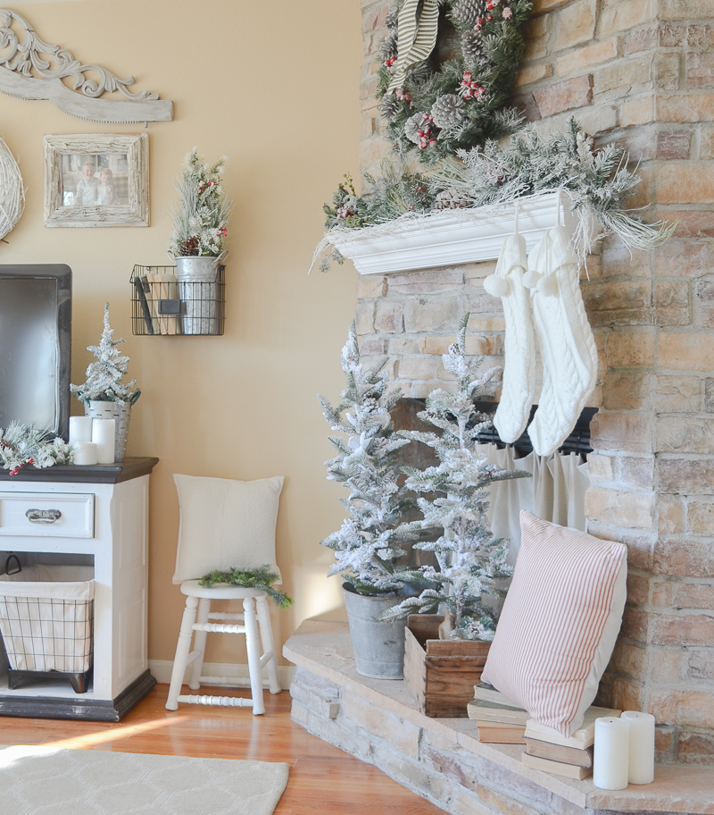 Cozy farmhouse christmas living room for Christmas living room pinterest