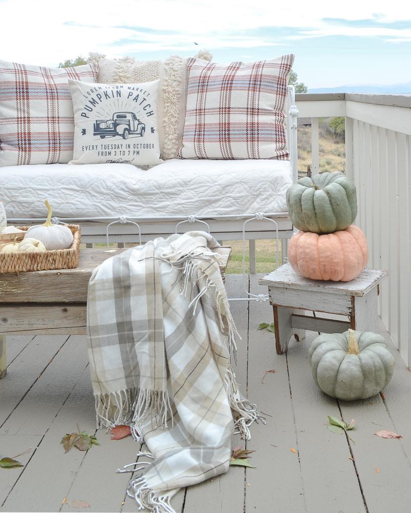 Cozy Fall Decor on the Patio. Simple outdoor fall decor idea! #falldecor