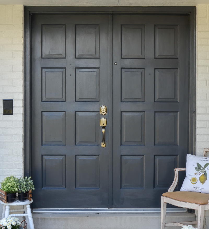 Easy front door makeover with black paint. Painted exterior door transformation using black paint. #frontporch #painteddoors #littlevintagenest